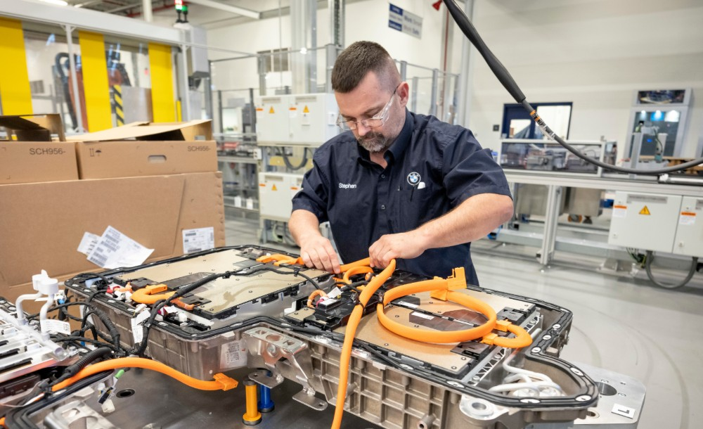 A worker assembles an electric battery for the BMW X5 xDrive45e. (Photo/Provided)