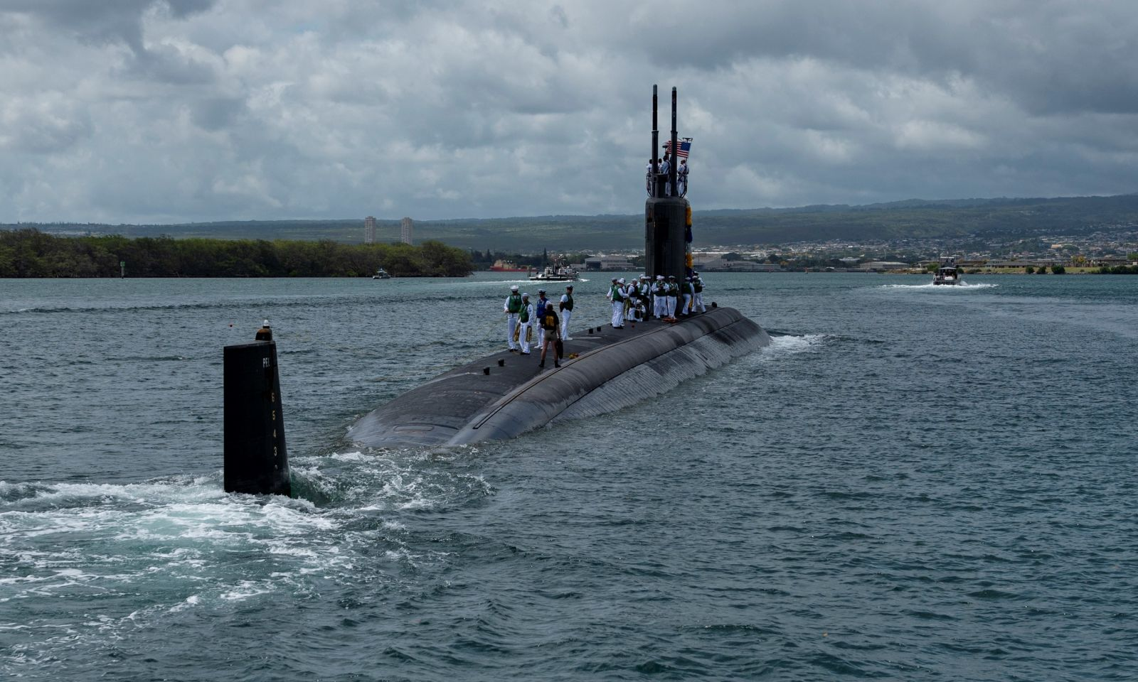 Sailors aboard the fast-attack submarine USS Columbia (SSN 771) prepare to moor at the submarine piers at Joint Base Pearl Harbor-Hickam on Wednesday following a six-month Western Pacific deployment. (Photo/U.S. Navy Mass Communication Specialist 2nd Class Michael H. Lee)